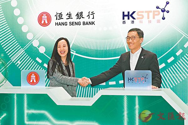 ■鄭慧敏(左)表示該行積極參與多個金融科技項目,並支持本港金融科技專才的發展。記者彭子文  攝
