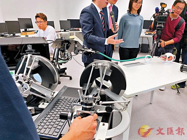 ■大學人員示範操作i-Snake管狀內窺鏡。香港文匯報記者詹漢基  攝