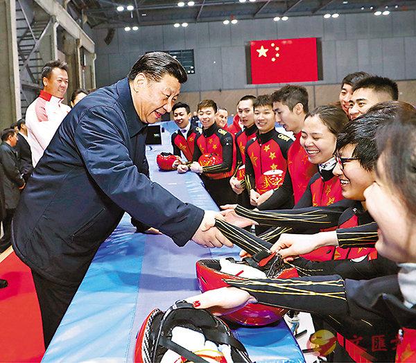 ■2月1日下午,習近平在國家冬季運動訓練中心勉勵正在訓練備戰的運動員、教練員。 新華社