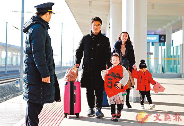 ■農曆春節將至,不少離家在外工作的人都帶�茪j包小包踏上回家路。 新華社