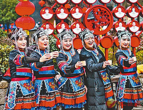 ■向遠道而來的客人敬上三杯山哈酒是�埜琲熄Е峞C 香港文匯報浙江傳真