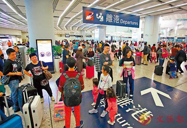 ■ 年初三高鐵西九龍站總出入境人次達10.4萬,刷新高鐵通車以來紀錄。香港文匯報記者劉國權  攝