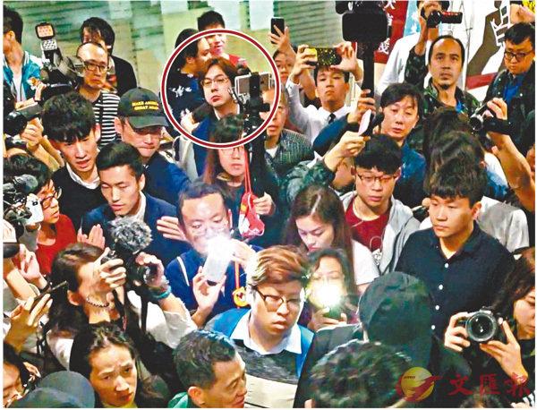 有意參加年底區議員選舉的史提(林錫添)(紅圈所示)因怕被DQ,出席「獨派」集會時閃縮躲在後排。