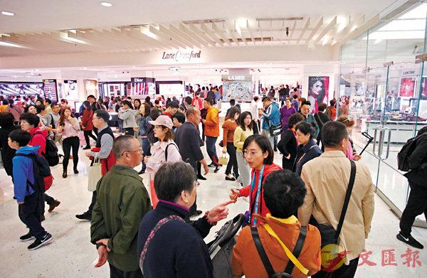 ■訪港旅客眾多,可惜旺丁不旺財。  香港文匯報記者劉國權  攝