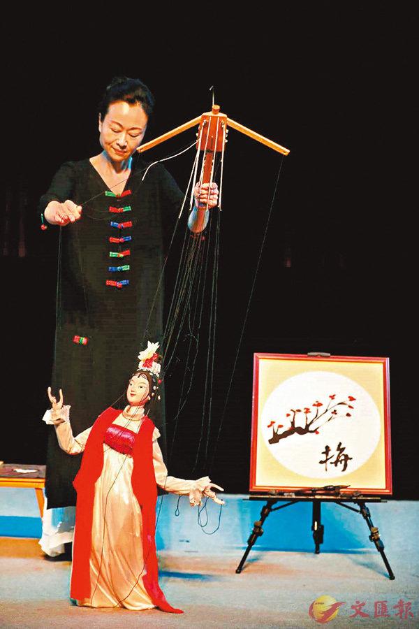 ■莊麗娥演繹的《偶韻詩情》,木偶畫梅寫字令人歎為觀止。 受訪者供圖