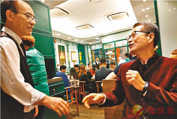 ■陳茂波(右)指很珍惜每次與市民交談的機會。 網誌圖片