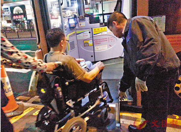 ■司機拉下踏板助坐輪椅車老人上巴士。 香港文匯報資料圖片