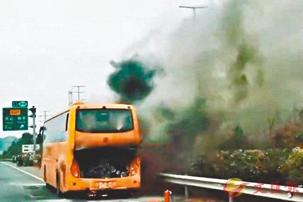■旅遊巴在回程返深圳途中冒煙起火。 網上圖片