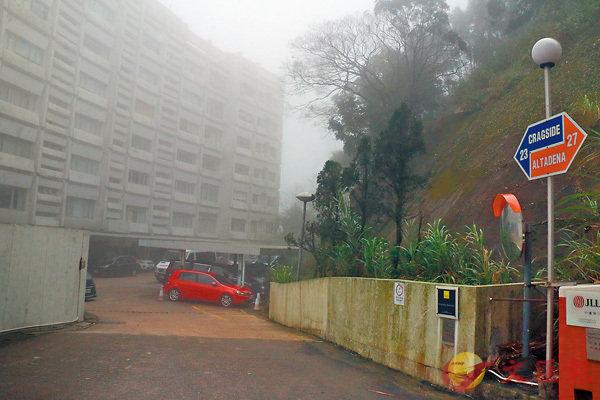 ■有傳�Y生集團主席潘�Y生女兒潘楚穎居住的白加道豪宅遭遇爆竊。