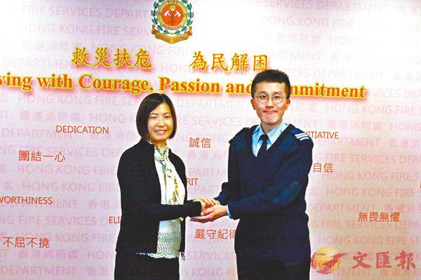■陳太感謝葉少權(右)電話指揮救丈夫。香港文匯報記者殷翔  攝
