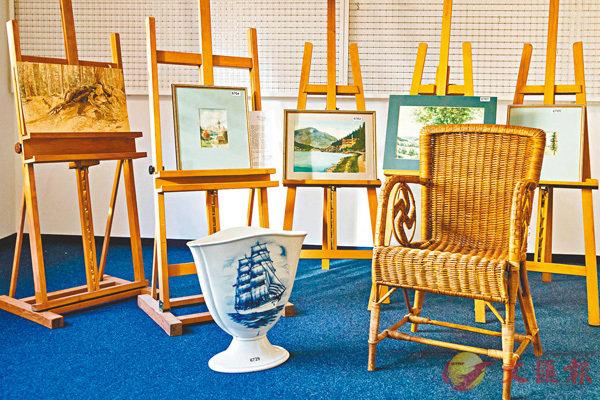 ■希特勒5幅畫作、藤椅及花瓶。 法新社