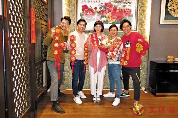 ■右起:胡子彤、凌文龍、袁澧林、游學修與胡卓希向讀者拜年。