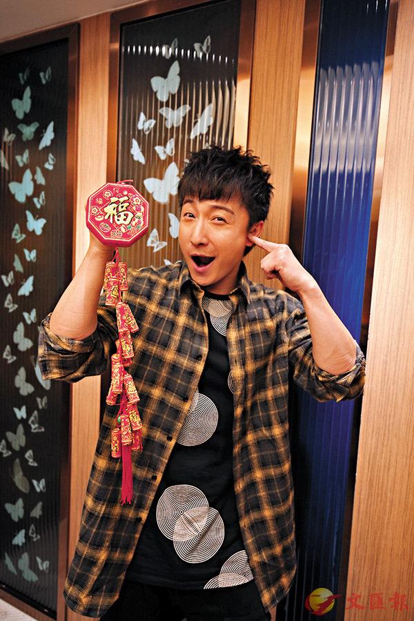 ■問小方何時派雙封利是時,他扮聽不懂。香港文匯報記者潘達文  攝