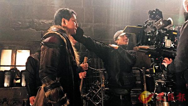 ■馮德倫與吳彥祖等人在片場討論。