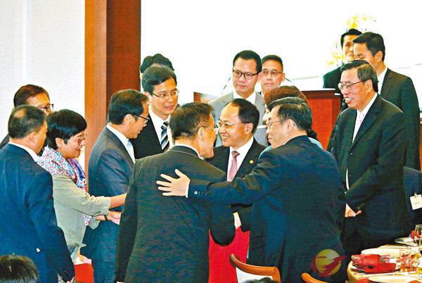 ■立法會主席梁君彥去年4月邀中聯辦主任王志民出席午宴。 資料圖片
