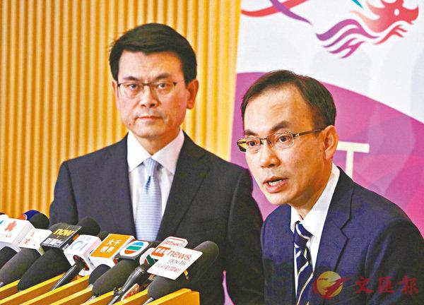 ■邱騰華(左)及梁仲賢出席記者會,宣佈將全面取消模擬電視廣播。  香港文匯報記者劉國權  攝