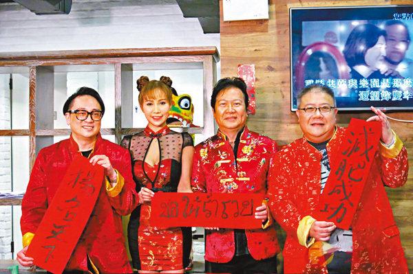 ■劉錫賢(右一)與吳堯堯(右三)出席好友的開年飯局。