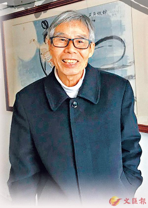 李再有在自己的工作室裡,身旁為其作品《龍飛鳳舞》。香港文匯報記者戚紅麗 攝