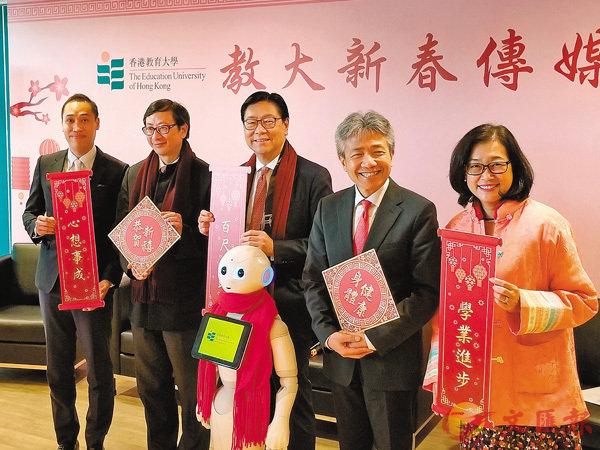 ■馬時亨(左三)及張仁良(左四)聯同大學管理層昨日出席新春活動。 香港文匯報記者姜嘉軒  攝