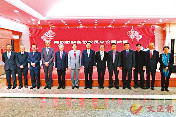 謝鋒與到公署作客的香港十一所高校負責人合影。公署網站圖片