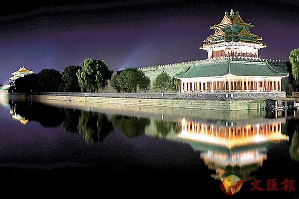 ■為了迎接明日的元宵節,故宮博物院明後兩天將舉辦其建院94年來首次的燈會,成為京城「最亮」景點。圖為故宮角樓夜景。 網上圖片