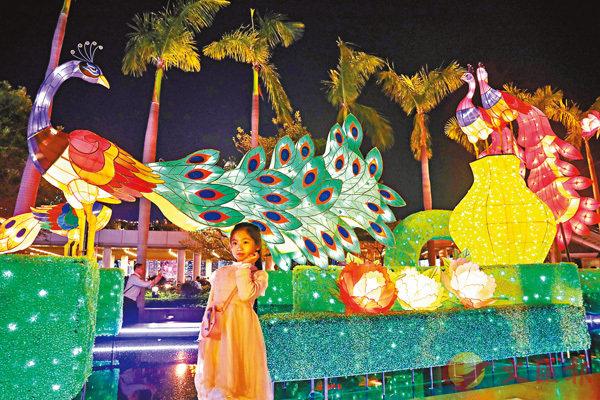 ■小朋友在「雀屏春瑞耀香江」春節專題綵燈展的燈飾前打卡拍照。