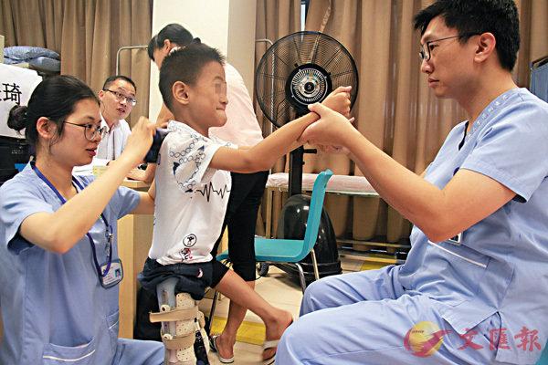 ■香港中文大學(深圳)提議在大灣區成立醫學院和醫院,提升醫療水平。圖為早年已進駐內地的港大深圳醫院的診症情況。資料圖片