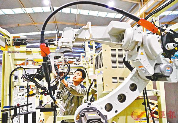 ■中國堅持推進高質量發展,一系列穩增長措施密集出台。圖為河北唐山的科研人員在組裝其研發的智能焊接機械人。 資料圖片