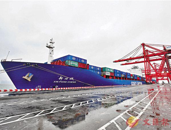 ■今年海南洋浦將新增1條以上經洋浦至東南亞的外貿航線。圖為2018年 12月29日集裝箱輪「新防城」在洋浦港進行裝卸作業。 資料圖片