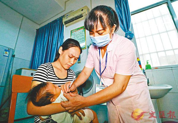 ■江蘇省淮安市金湖縣上月有145名嬰幼兒在一家衛生院接種過期小兒麻痹疫苗。圖為日前廣西一家醫院為嬰兒接種疫苗。 資料圖片