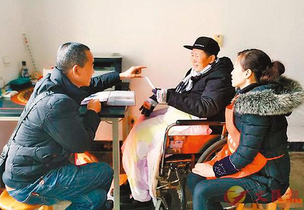 ■ 初中同窗李潘銀(左)來看望雷澤平 。 網上圖片