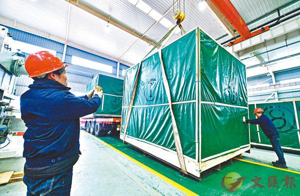 ■工人將高真空捲繞鍍膜機正式裝車。受訪者供圖
