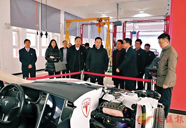 ■圖為嘉賓參觀黃河交通學院──特斯拉培訓中心。香港文匯報記者馮雷 攝