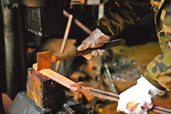 ■打鐵趁熱,要指明打哪塊鐵,就要加「the」在鐵之前。 資料圖片
