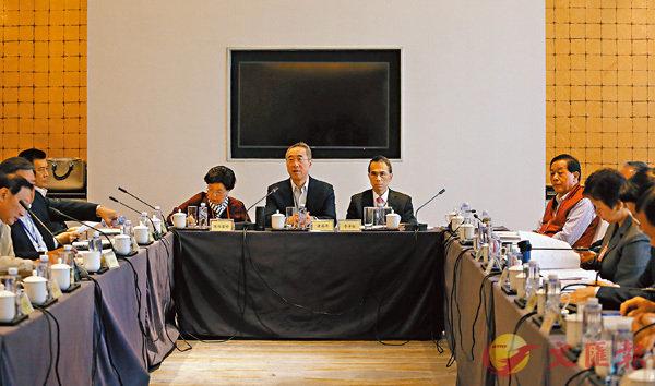■港澳代表團昨日舉行首次分組討論。 記者黃洋港  攝