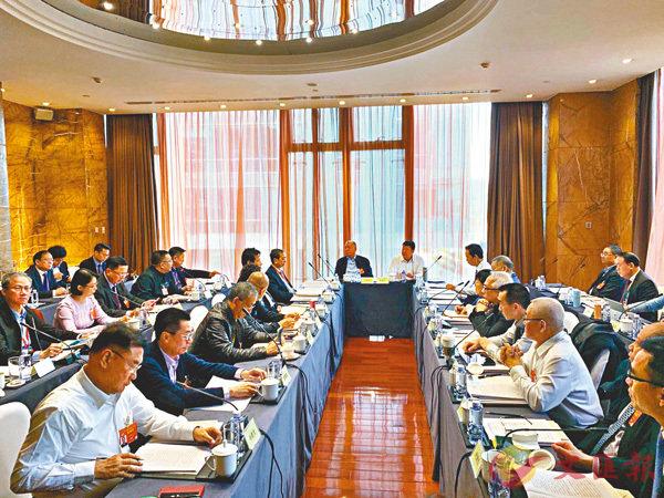 ■全國政協十三屆二次會議澳門小組昨日舉行小組討論。 香港文匯報記者馬琳  攝