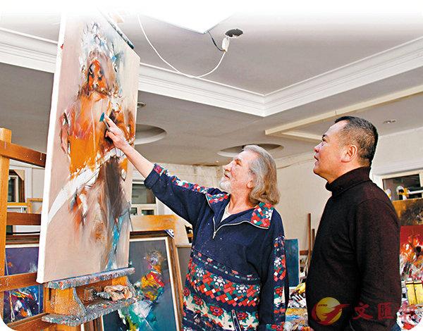 ■俄羅斯功勳藝術家伊萬·達尼洛夫(左)在為即將到來的畫展作準備。