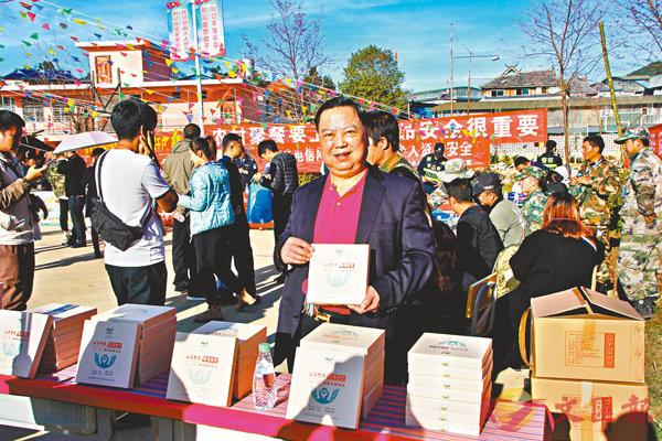 ■公司生產的一款精準扶貧普洱茶。  香港文匯報記者譚旻煦 攝