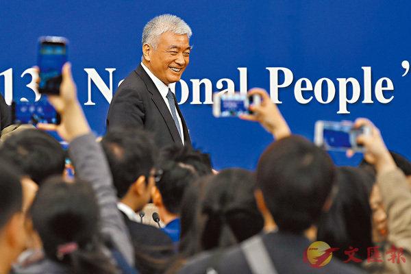 ■ 科技部部長王志剛等就「加快建設創新型國家」答問時表示,要把香港、澳門的科技力量統籌起來,與內地科技力量一起,建設好大灣區。 新華社