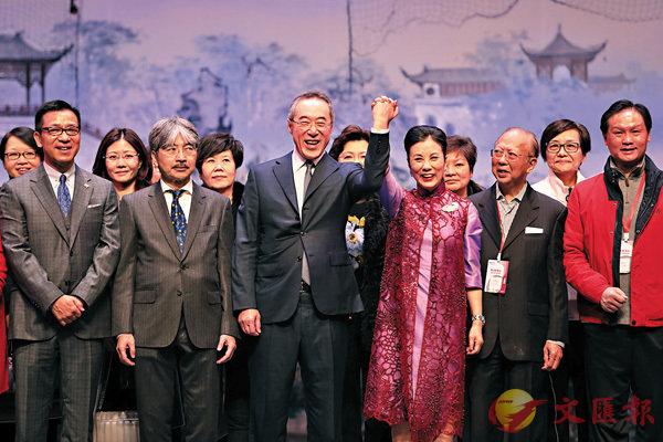 ■汪明荃(前排右三)等嘉賓早前出席香港戲曲中心開台儀式,阿姐講得出自然有因。 中新社