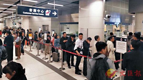 ■西九龍高鐵站旁邊的港鐵柯士甸站每日有大量乘客在客務中心排隊。 作者供圖