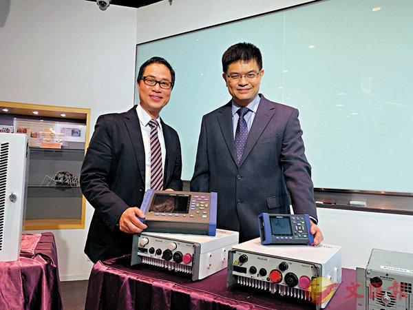 ■黃永明(右)表示全港基站設定休眠模式,節省的電量可供5000個家庭使用一年。香港文匯報記者詹漢基  攝