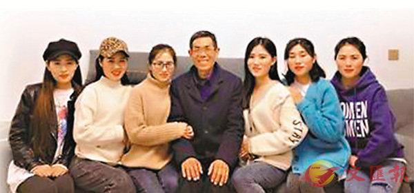 ■爸爸和6個女兒。  視頻截圖