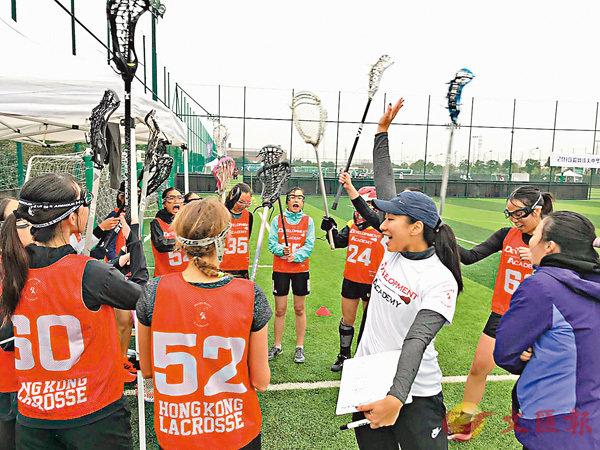 ■香港女子培訓計劃代表隊賽前為自己打氣。