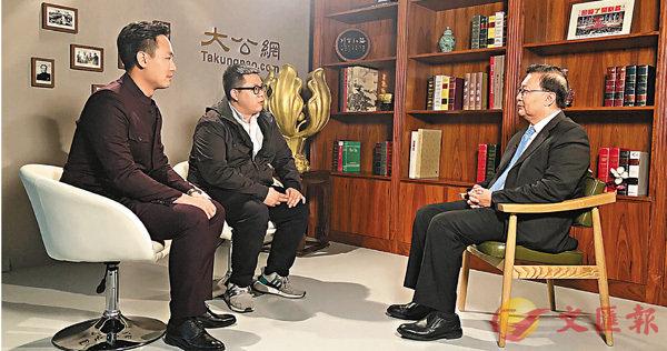 ■在京港生陳貴和(左)與王柏榮(中)與全國人大常委譚耀宗(右)對談。香港大公文匯全媒體記者劉舒婷  攝