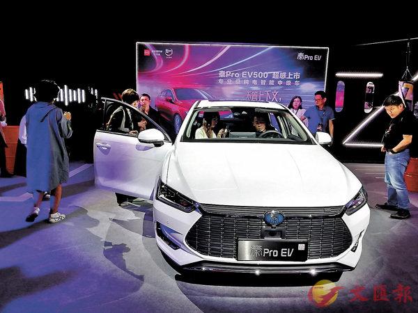 ■比亞迪推出的智能汽車。 香港文匯報記者李昌鴻 攝
