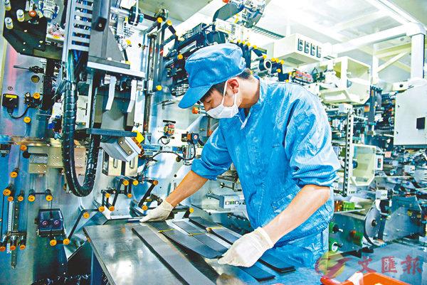 ■ 天能集團的工人正開足馬力,生產鋰電池。香港文匯報浙江傳真