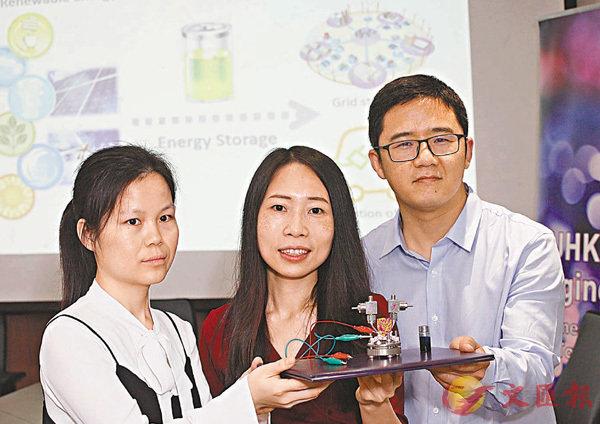 ■盧怡君(中)領導的研究團隊,詳細介紹空氣電池設計概念。 香港文匯報記者曾慶威  攝