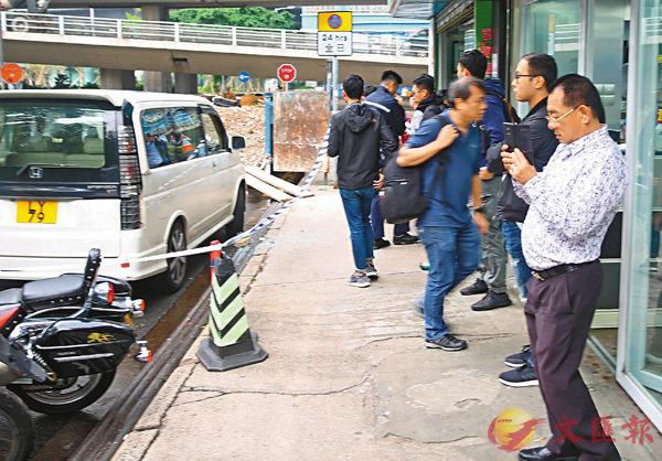 ■警員封鎖現場進行蒐證,涉案車主(右)在場提供資料助查。