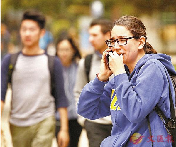 ■美國校園槍擊案頻頻發生,青年及兒童安全惡化。 圖為受驚學生激動落淚。資料圖片